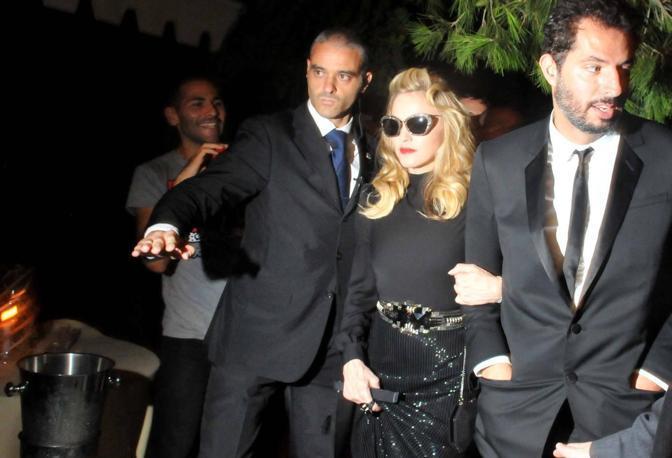 Cantareata Madonna cu garda de corp (stanga) si managerul ei (dreapta)